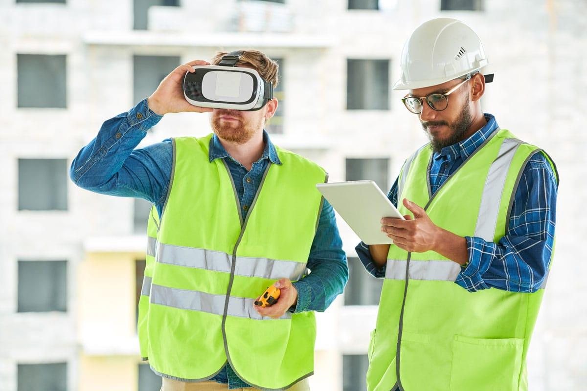Zwei Männer auf einer Baustelle, mit iPad und AR-Brille