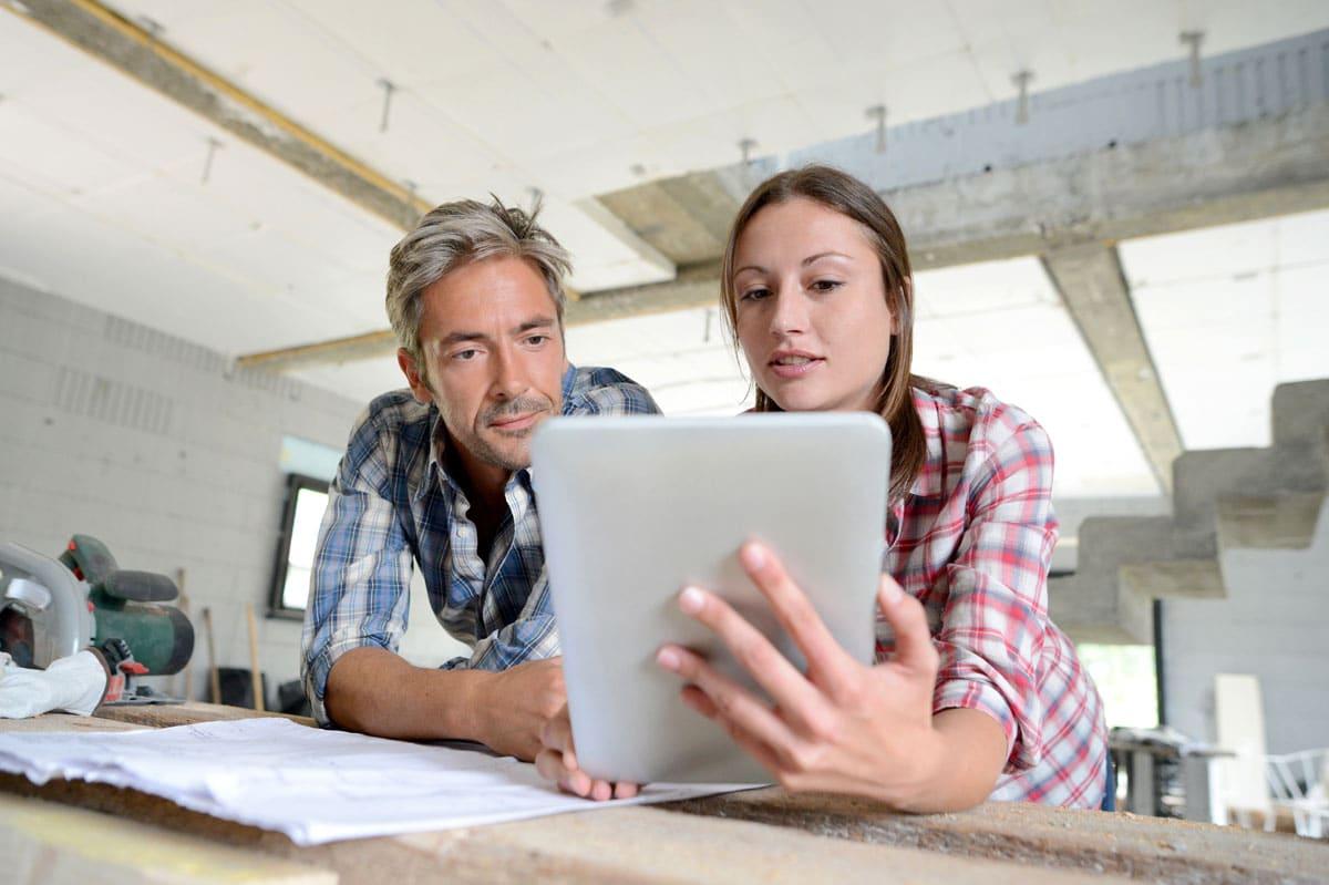 Ein Mann und eine Frau betrachten gemeinsam Anwendung auf  iPad